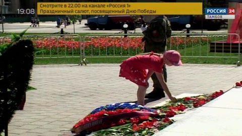 Сотни тамбовчан возложили цветы к монументу «Тамбовский колхозник»