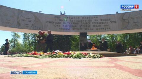 Участники парада Победы возложили цветы к мемориалу «Вечный огонь»