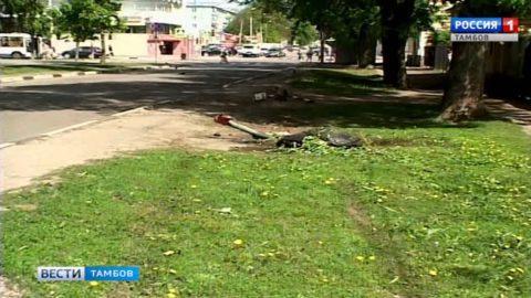 Сбил водопроводную колонку и врезался в дерево: ДТП в центре Тамбова