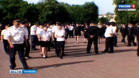 За здравствующих и ушедших: на воскресную службу в храм пришли десятки полицейских