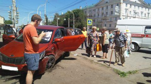 В Тамбове KIA «вылетела» с дороги, пострадал пешеход