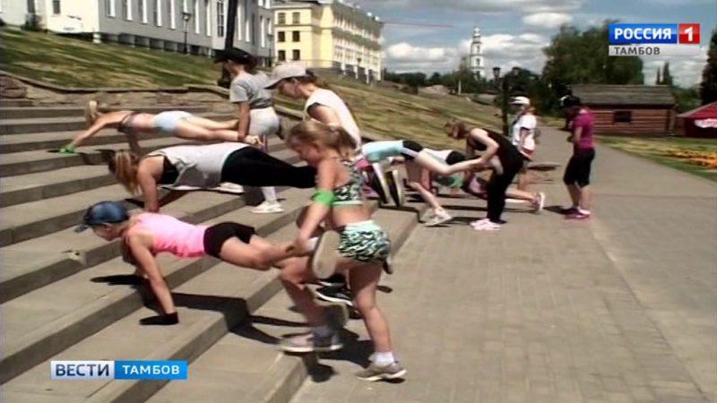 Прыжки по лестнице и ходьба на руках: уличный фитнес объединил желающих поработать над собой