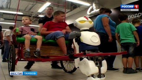 Когда тебя обнимает КИКИ: дружелюбные роботы на выставке в Тамбове