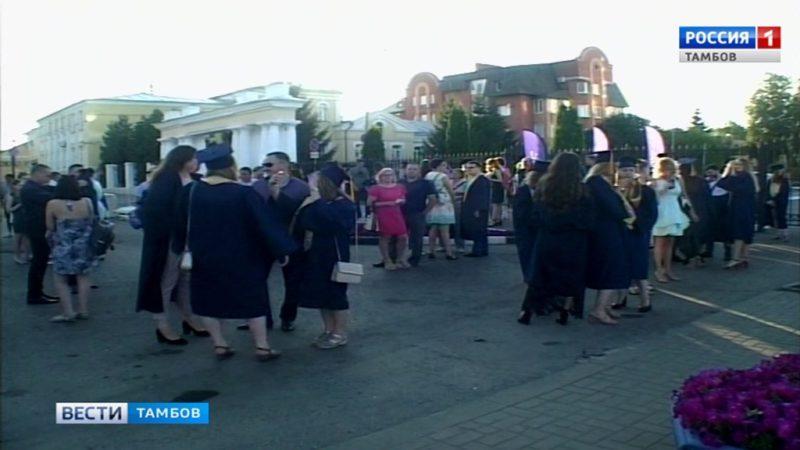 В эти минуты на площади Музыки чествуют выпускников ТГУ имени Державина