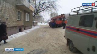 На улице Володарского разбирают крышу дома, пострадавшего от пожара