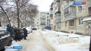 Жители дома на Тулиновской боятся выходить из подъезда из-за сосулек