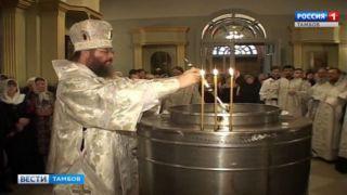 Православные спешат в храмы за  освященной водой