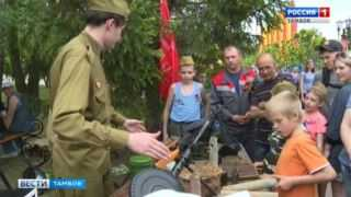 Почувствовать себя танкистом и фронтовым водителем: в парке Победы мальчишки вдоволь полазали по военной технике