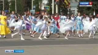 Утро праздничного дня: возложение цветов к памятнику Зое и торжество на площади Ленина