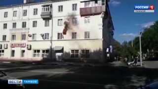 Становится жарко! На фасаде многоэтажки в Тамбове сгорел кондиционер
