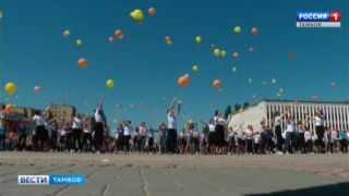 По главной улице с улыбками! Наследники советских пионеров отметили День детских организаций